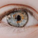 カラコンに目薬はダメなものがある?選ぶ基準や使う頻度も
